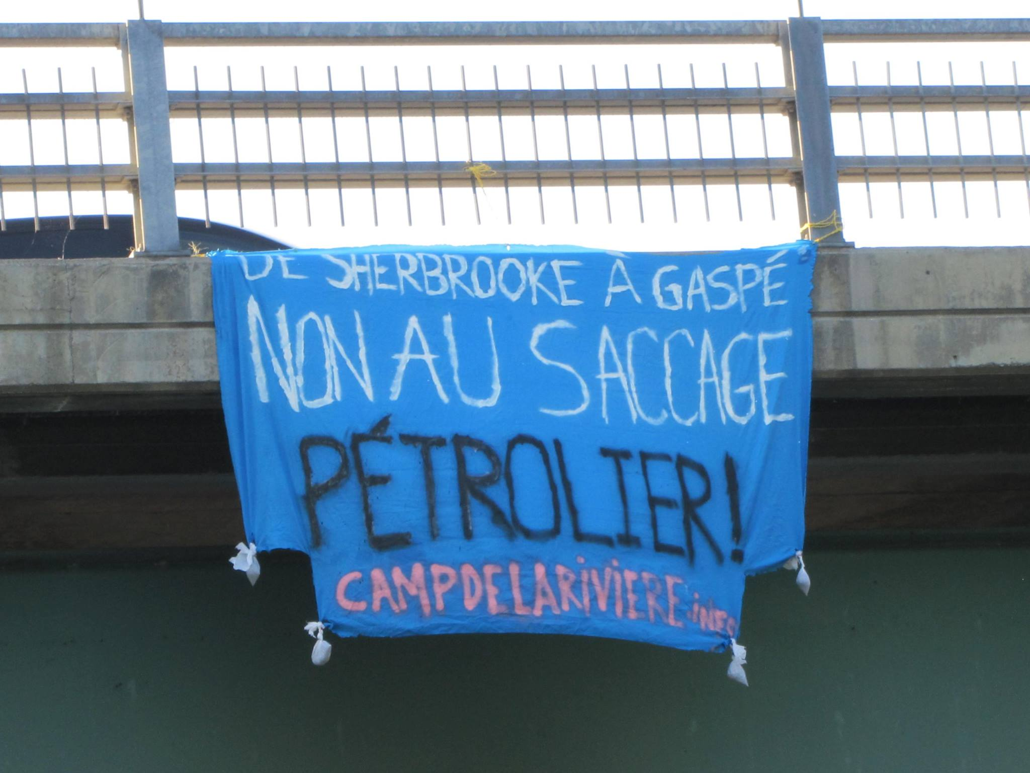 Banner drop: no to oil industry plundering